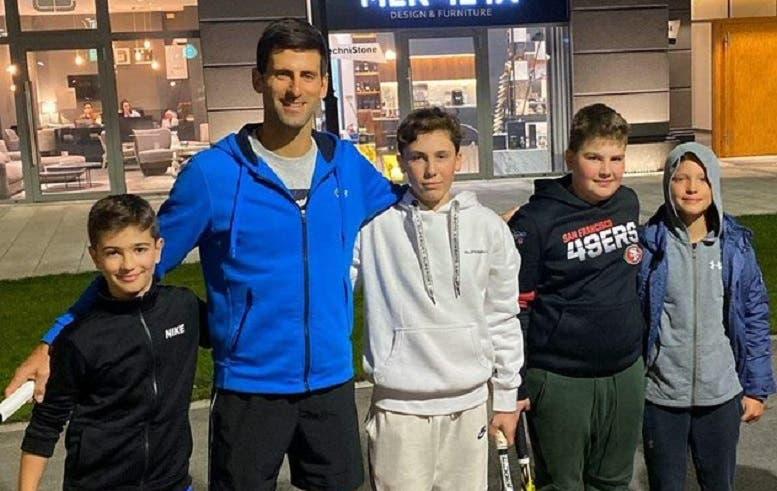[VÍDEO] Djokovic bateu bolas com uns miúdos à porta do seu prédio