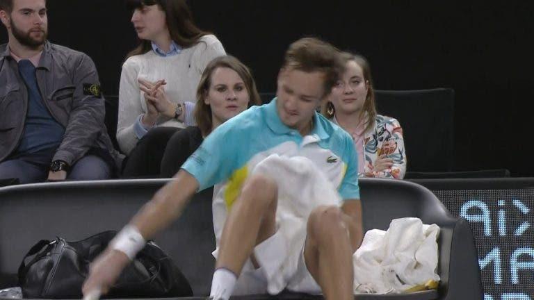 Medvedev perde a cabeça e é atropelado por Simon em Marselha