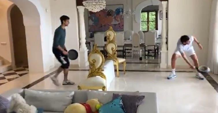 [VÍDEO] Djokovic encontrou uma forma curiosa de jogar na quarentena