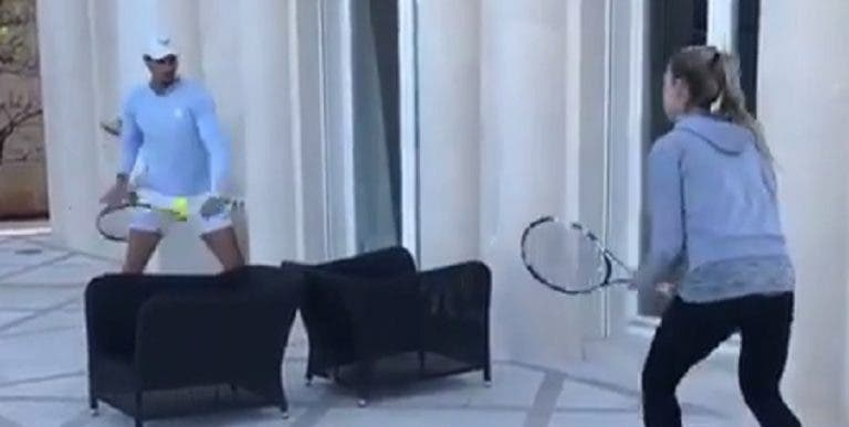 [VÍDEO] Rafa Nadal improvisa para jogar ténis com a irmã