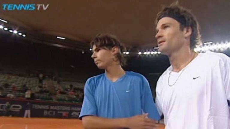 [VÍDEO] Há 17 anos, Rafa Nadal bateu o seu atual treinador Moya