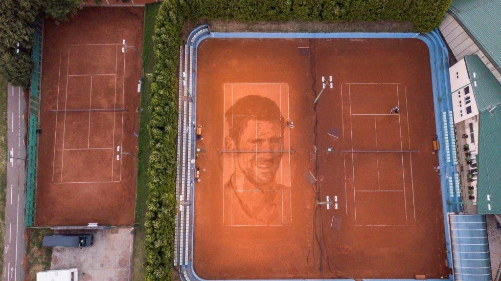 Cara de Djokovic desenhada em court de ténis na Sérvia