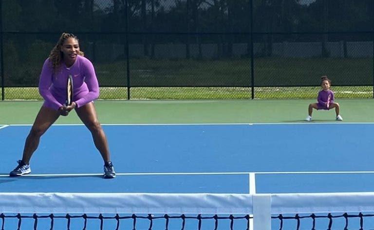 Serena Williams sobe ao court com a filha pela primeira vez