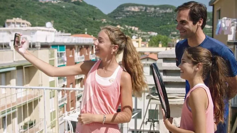 Bonito: Federer surpreende 'miúdas do terraço' com bolsas para a Academia… de Nadal