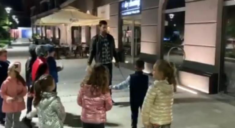 [VÍDEO] Grande gesto de Djokovic: ensinou miúdos na rua enquanto passeava o cão