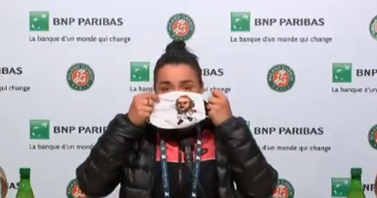 [VÍDEO] Jabeur apareceu na conferência com uma máscara… de Tsitsipas