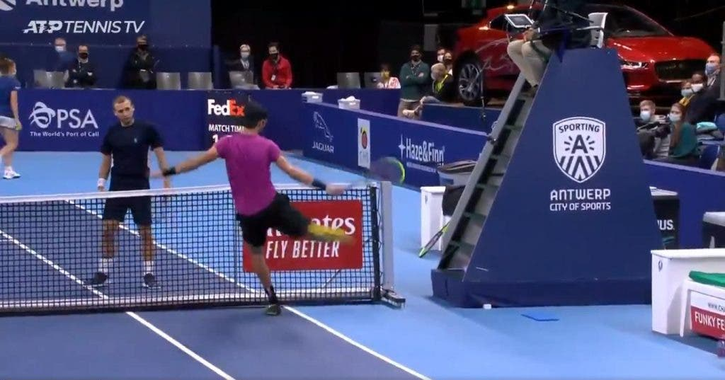 [VÍDEO] Khachanov 'perde a cabeça' com árbitro após 'chamada' inacreditável