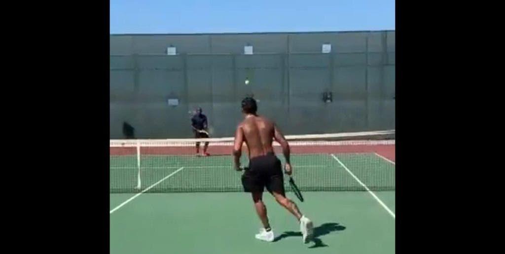 [VÍDEO] Heptacampeão de F1 Lewis Hamilton joga ténis com o pai e pede 'ajuda' a Serena