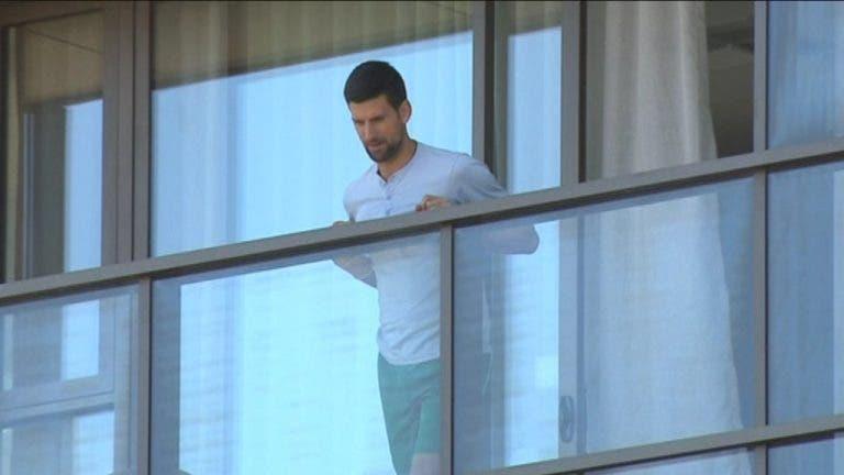 Primeira vez para tudo: Djokovic entrevistado para a rádio… na varanda