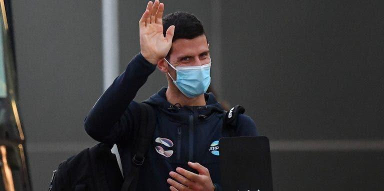 Djokovic chega-se à frente e pede melhores condições em Melbourne