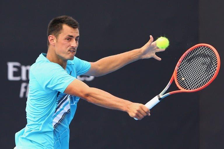 Tomic triunfa em batalha de quase 3 horas e regressa ao quadro do Australian Open