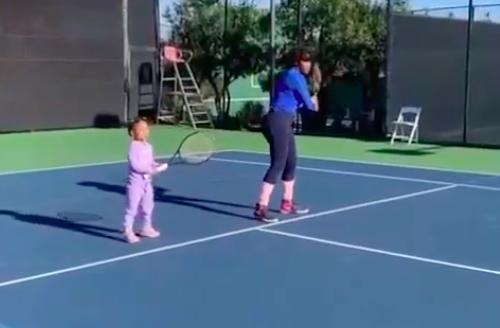 [VÍDEO] Serena Williams treinou em Adelaide… com a filha Olympia