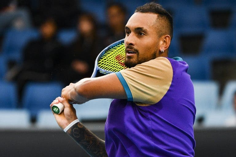 Kyrgios atira raquete para fora do estádio e é eliminado por Coric