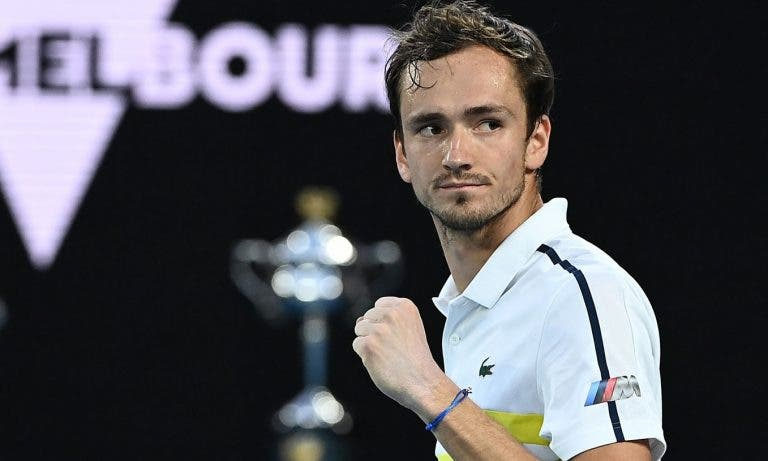 PlayStation mode: Medvedev supera Tsitsipas e desafia Djokovic na final