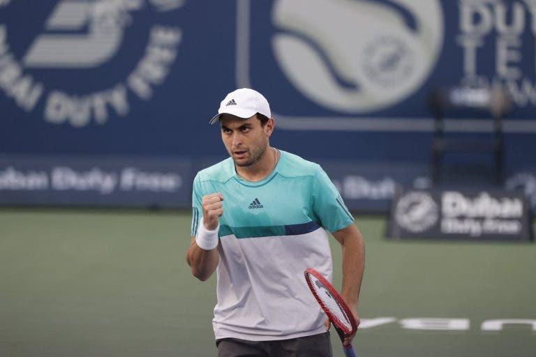 Austrália não foi por acaso: Karatsev joga muito e elimina Sinner rumo às 'meias' no Dubai