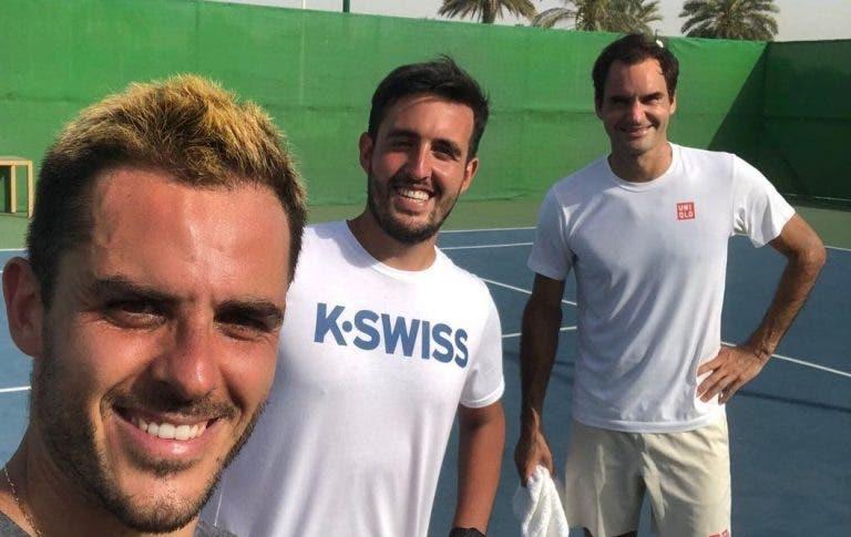 Roger Federer ficou no Dubai a treinar… em piso rápido