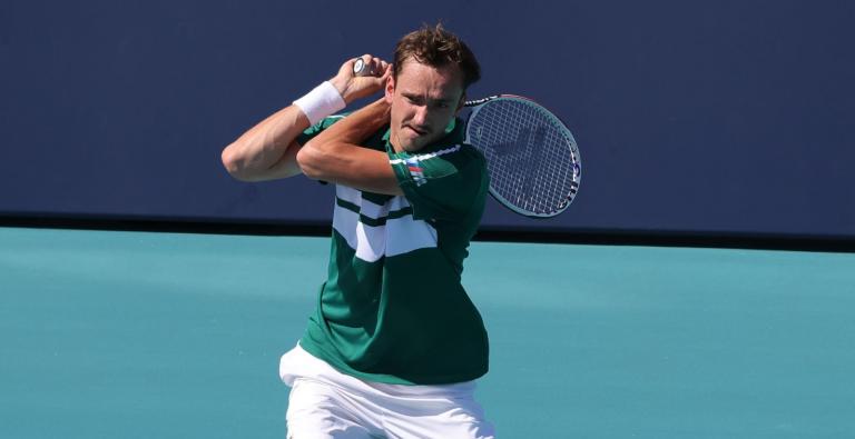 Medvedev treme, acaba minado de cãibras mas sobrevive em Miami