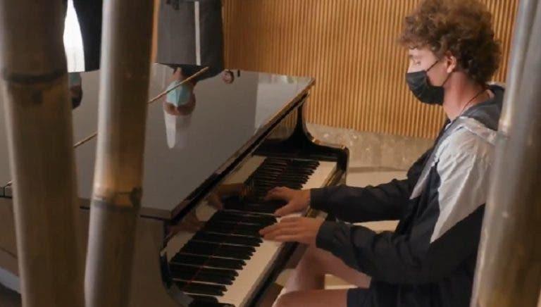 [VÍDEO] Humbert toca piano (e muito bem) no lobby do hotel no Estoril Open