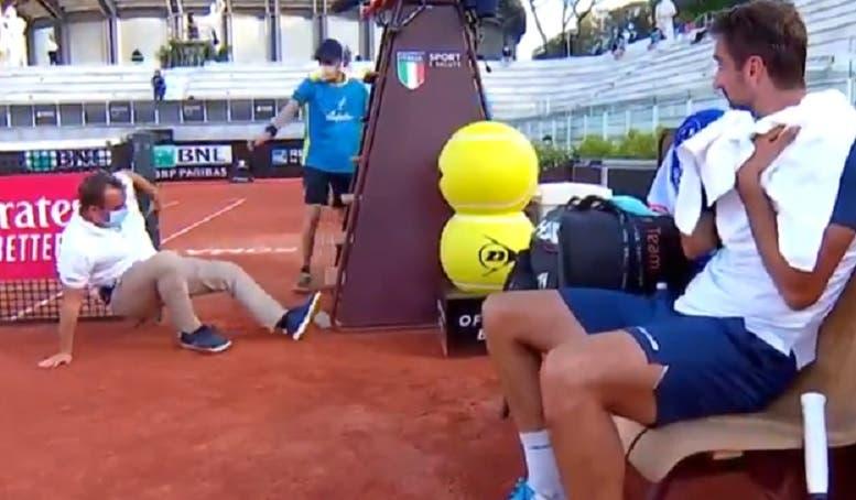 [VÍDEO] Escada parte e árbitro vai ao chão em Roma
