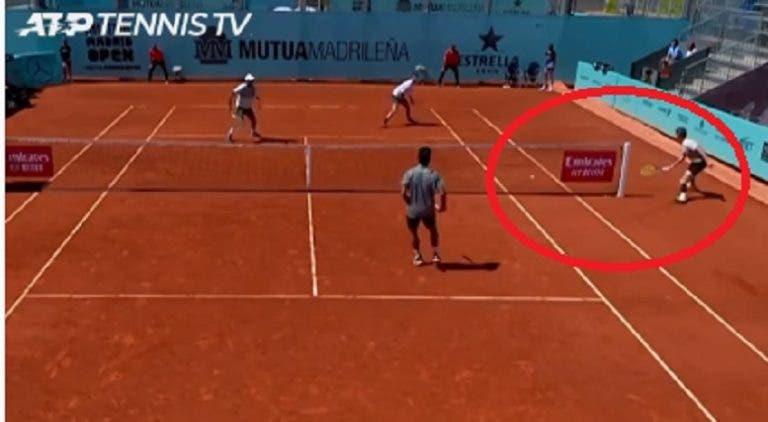 [VÍDEO] Bublik faz 'shot' inacreditável em pleno match point de pares