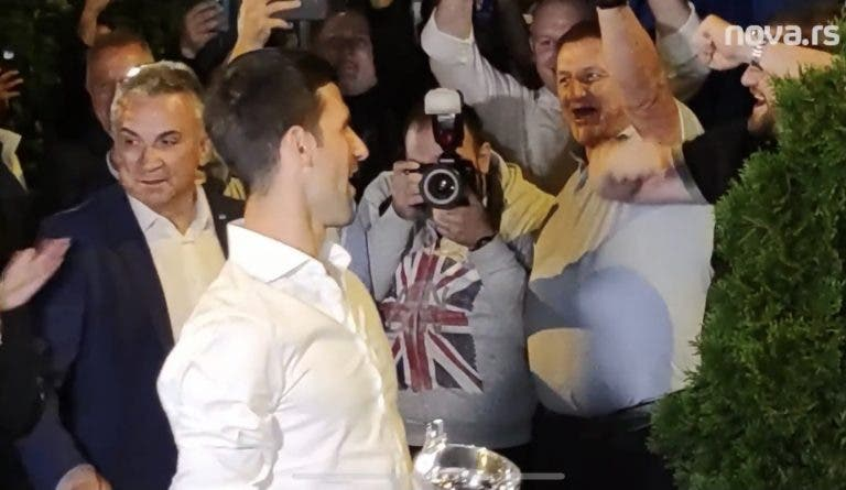 [VÍDEO] Muito fogo de artifício e receção de rei: assim foi o regresso de Djokovic a Belgrado