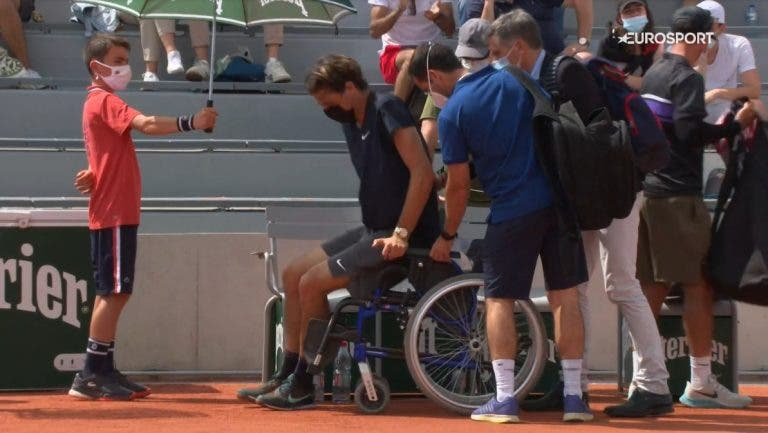 Após bater Sousa, Fritz é eliminado e sai do court em cadeira de rodas