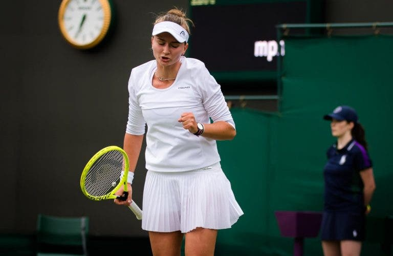 Campeã de Roland Garros Krejcikova regressa à competição com arraso em Wimbledon
