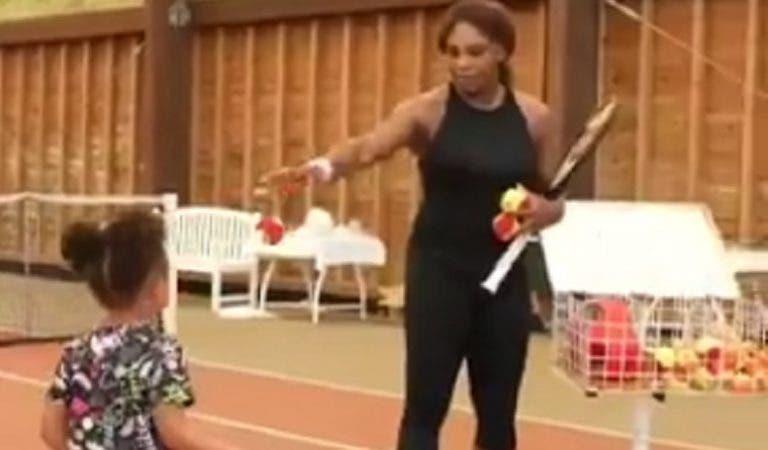 [VÍDEO] Serena recorda o seu pai Richard e ensina a filha a bater uma direita