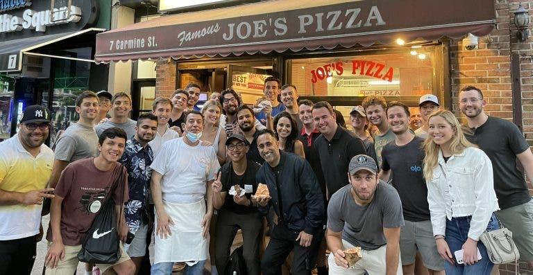 Enquanto recupera de uma operação, Bouchard organiza uma… 'pizza party' em Nova Iorque