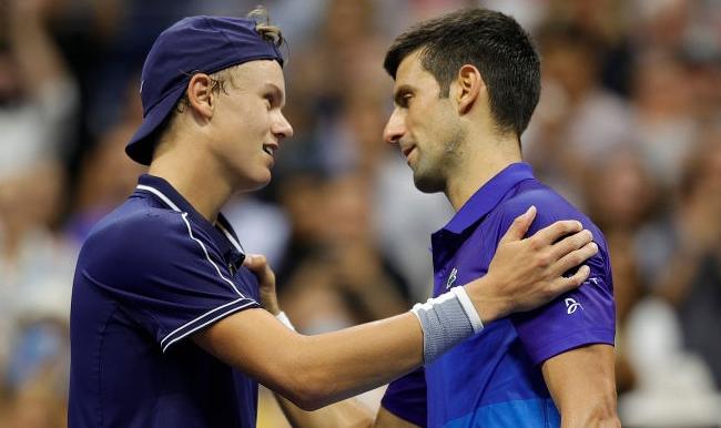 Djokovic perde set com Rune mas avança sem problemas após rival colapsar fisicamente