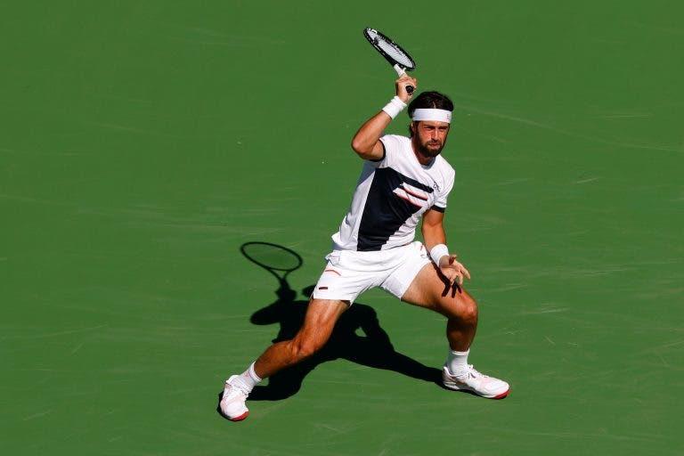 Choque! Basilashvili soma maior vitória da carreira e afasta Tsitsipas rumo às 'meias' em Indian Wells